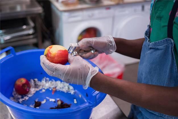Apfelkompott wird zusammen mit der Karamell-Crème serviert.