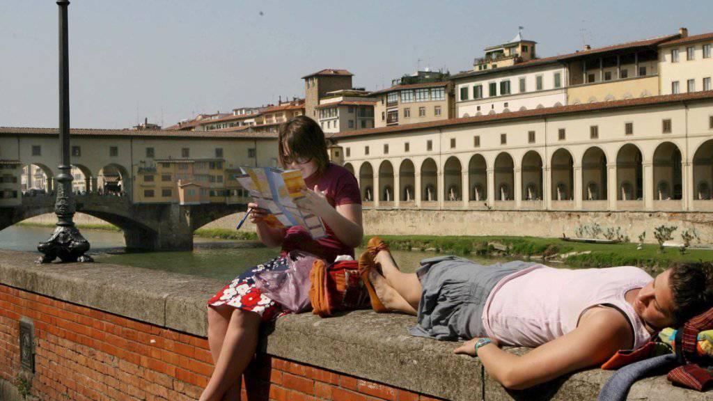 Wehe, wenn sie etwas essen: Florenz sagt Touristen, die auf Trottoirs essen und damit Geld sparen, den Kampf an. (Archivbild)