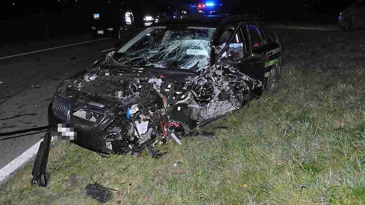 Drei Verletzte forderte eine Frontalkollision in Walterswil SO. Auch die beiden Autos haben nur noch Schrottwert.