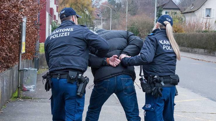 ach einer kurzen Fahndung konnten die mutmasslichen Täter, drei Schweizer im Alter von 17- und 18-Jahren sowie ein Deutscher im Alter von 18-Jahren angehalten werden. (Symbolbild)