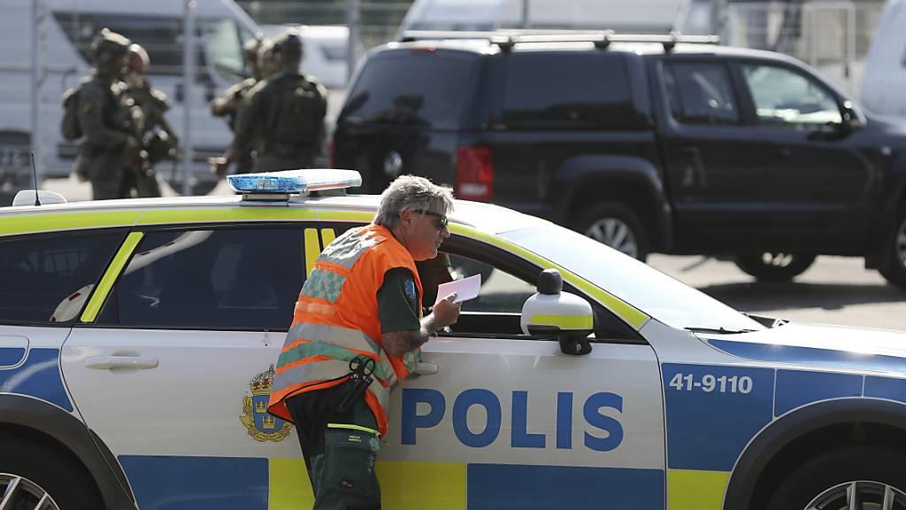 Polizisten arbeiten am Einsatzort. Zwei Insassen einer geschlossenen Haftanstalt in Schweden hatten nach Medienberichten zwei Wärter als Geiseln genommen. Nach ihrer bizarren Forderung nach der Lieferung von 20 Pizzen mit Döner-Auflage hat die Behörde ihre Schulden bei der Pizzeria beglichen. Foto: Per Karlsson/TT NEWS AGENCY/AP/dpa