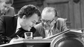 Einen kurzen Moment lang waren sie Konkurrenten im Kampf um den Bundesratssitz von Willi Ritschard: Bundesrat Otto Stich (links) und Bundeskanzler Walter Buser, 1988 im Ständerat.