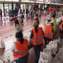 Szenen wie aus Kriegsgebieten: 2500 Bedürftige standen in Genf stundenlang an, um einen Sack mit Gratis-Nahrungsmitteln zu ergattern.