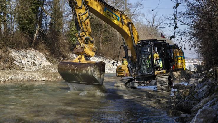 Arbeiten in der Flussohle der Emme, unter anderem für die Fischgängigkeit