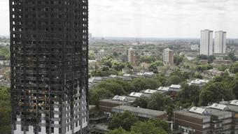 Der ausgebrannte Grenfell Tower in London. Zwei Jahre nach dem verheerenden Brand mit Dutzenden Toten wirft ein offizieller Bericht der Feuerwehr schwere Versäumnisse vor. (Archivbild)
