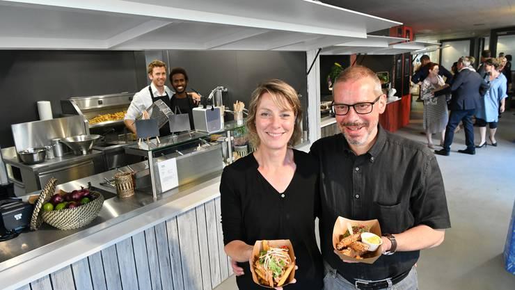 Sibylle und Thomas Peyer sind die Erfinder und Betreiber des Ässpunkt Food Court. Damit bringen sie Streetfood-Atmosphäre in die Stadt.