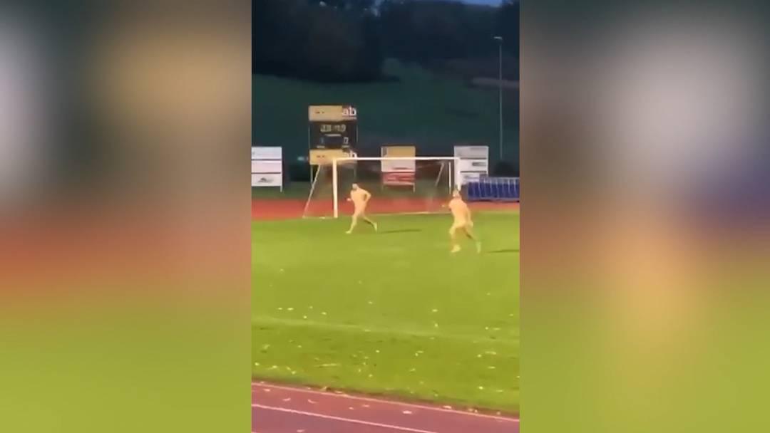 Der nackte Wahnsinn: Flitzer stören Spiel des FC Breitenbach
