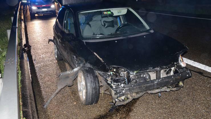 Auf der Autobahn A2 in Fahrtrichtung Basel verlor am Mittwochabend ein 27-jähriger Lenker nach dem Arisdorftunnel die Herrschaft über sein Fahrzeug und kollidierte mit der Mittelleitplanke. Verletzt wurde niemand. Das Fahrzeug erlitt Totalschaden.