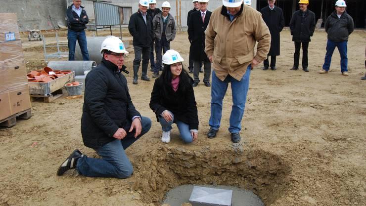 Grundsteinlegung: Gemeindeschreiber Bruno Vogel (li.), Viktorija Stitic und Markus Lüthi versenken die Box. (Deborah Balmer)
