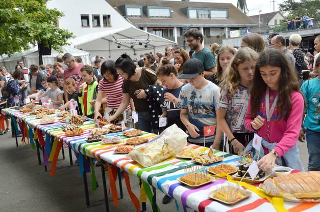 Eröffnung des Jugendfests mit einem internationalen Buffet der Kaiseraugster Einwohner