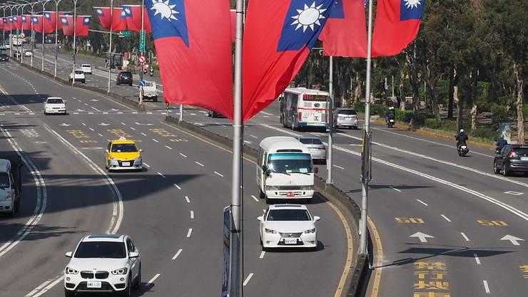 Taiwan-Flaggen hängen in den Strassen der Hauptstadt Taipei: China sieht den Inselstaat als Teil der Volksrepublik. (Archivbild)