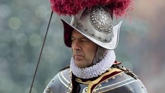 Christoph Graf in der Gala-Uniform der Schweizergarde, einem Harnisch aus dem 17. Jahrhundert. keystone