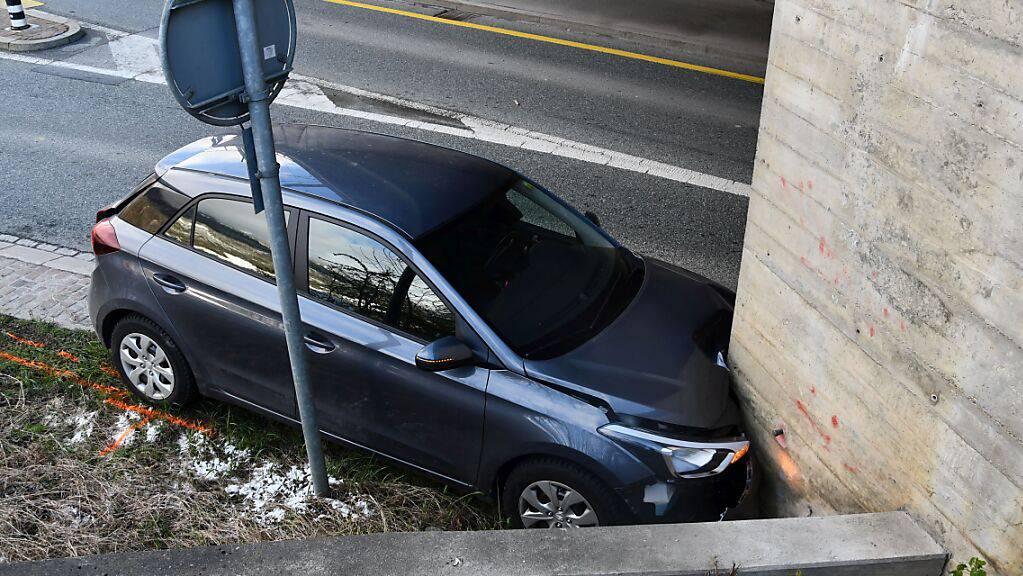 Warum der Mann mit seinem Wagen in die Mauer krachte, wird untersucht.