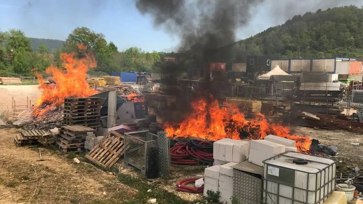 Die Feuerwehr konnte das Feuer schnell löschen, doch es stank stark nach dem verbrannten Plastik und Holz.