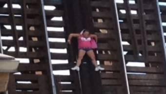 Frau bleibt in Florida an einer Eisenbahn-Zugbrücke hängen.jpg