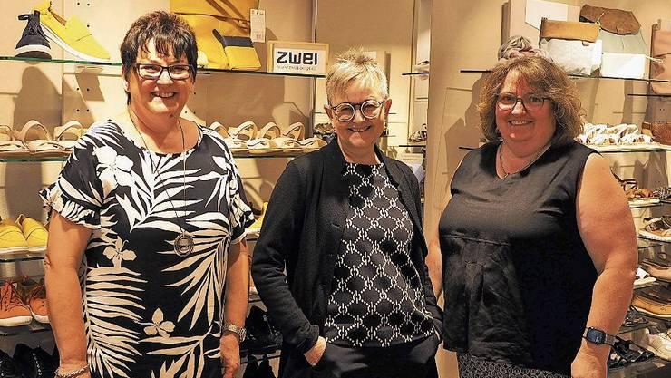 Gerlinde Thommen, Cécile Knecht und Coni Hugo (von links) freuen sich, im neuen Schuhgeschäft erste Kunden zu bedienen.
