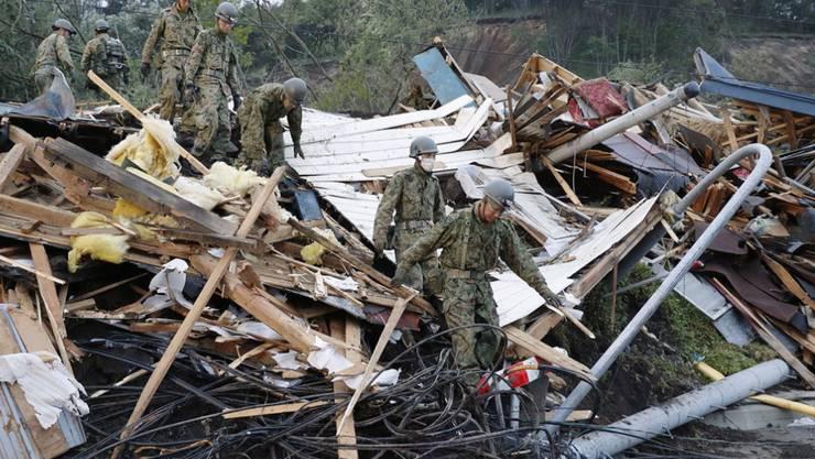 Nach dem verheerenden Erdbeben im Norden Japans am Donnerstag finden Rettungskräfte immer mehr Todesopfer.