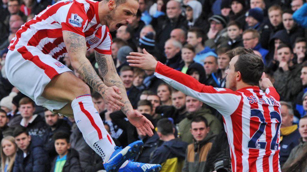 Jubelt er auch heute? Xherdan Shaqiri (re.) freut sich mit Stoke-Teamkollege Marko Arnautovic über ein Tor