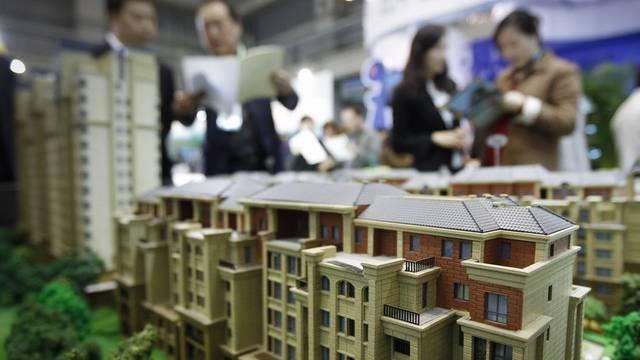 Besucher einer Immobilienmesse in Peking (Archiv)