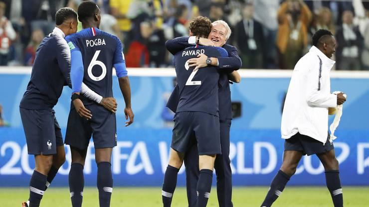 Dider Deschamps, der Trainer der Franzosen, herzt seine Spieler (hier Benjamin Pavard) nach dem 1:0-Halbfinalsieg gegen Belgien.