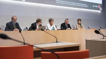 Das bürgerliche Befürworter-Komitee begründete vor den Medien sein Ja zu den Sozialdetektiven. V.l.n.r.: Nationalrat Thomas Weibel (GLP/ZH), Nationalrat Philippe Nantermod (FDP/VS), Nationalrätin Barbara Steinemann (SVP/ZH), Lorenz Hess (BDP/BE) und Nationalrätin Ruth Humbel (CVP/AG).