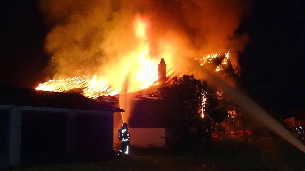 Das Bauernhaus wurde durch die Flammen zerstört.