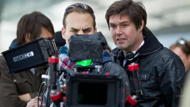 Warten auf den nächsten Dreh: Regisseur Michael Steiner (rechts). Foto: Chris Iseli
