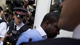 Der mutmassliche UBS-Betrüger verlässt das Londoner Gericht