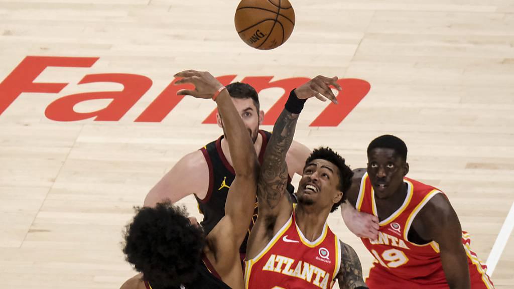 Atlantas John Collins streckt sich gegen Jarrett Allen von den Cleveland Cavaliers.