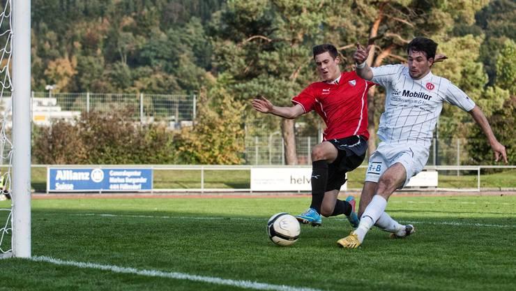 Luca Dimita (FC Dietikon) schiesst das 0:2 und lässt Phil Malzacher (FC Liestal) keine Chance.