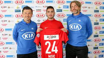 Neuzugang Petar Misic zusammen mit Trainer Marinko Jurendic und Assistenztrainer Stephan Keller.