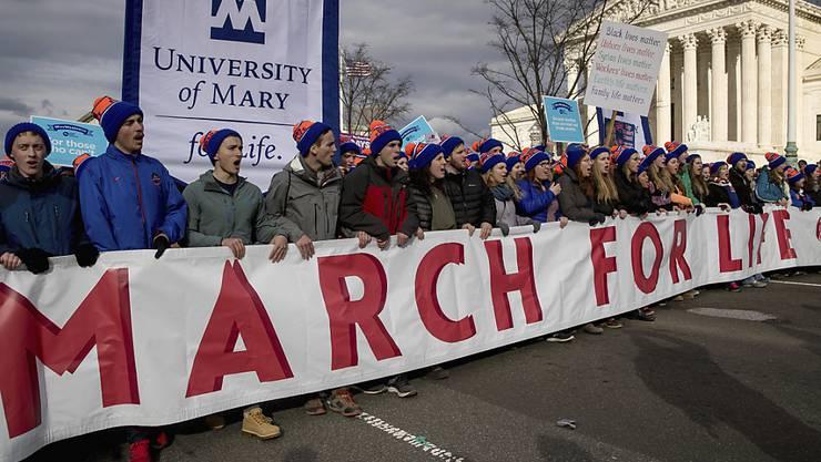 Die Abtreibungsgegner demonstrieren vor dem Obersten Gericht.