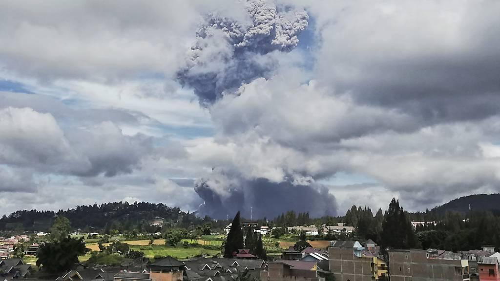 Der Vulkan Sinabung spuckt bei seinem Ausbruch Asche und Rauch in die Luft. Foto: Sugeng Nuryono/AP/dpa