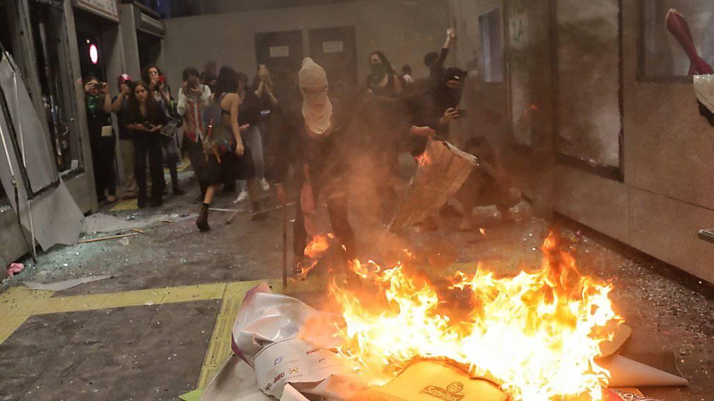 Ein Protestmarsch gegen Gewalt an Frauen in Mexiko-Stadt artete am Freitagabend aus.