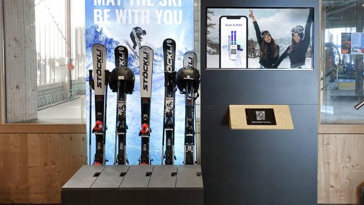 In den Boxen (links vorne) sind die Skischuhe, dahinter Ski und Stöcke, daneben das Hyll-Portal, auf dem man sich mit QR-Code eincheckt.