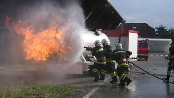 An der Brandsimulationsanlage mussten die Feuerwehrleute einen Flüssiggasbrand bekämpfen.