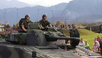 Die fünf Schüsse lösten sich aus einem Maschinengewehr, das auf einem Schützenpanzer 2000 (Bild) montiert war.