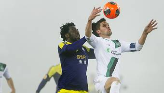 Stéphane Besle vor Swanseas Wilfried Bony am Ball