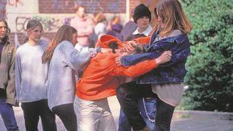 Ob offene Aggression wie auf dem Symbolbild oder versteckte Aggressionen – die betroffenen Mädchen leiden häufig unter ihrer Situation.