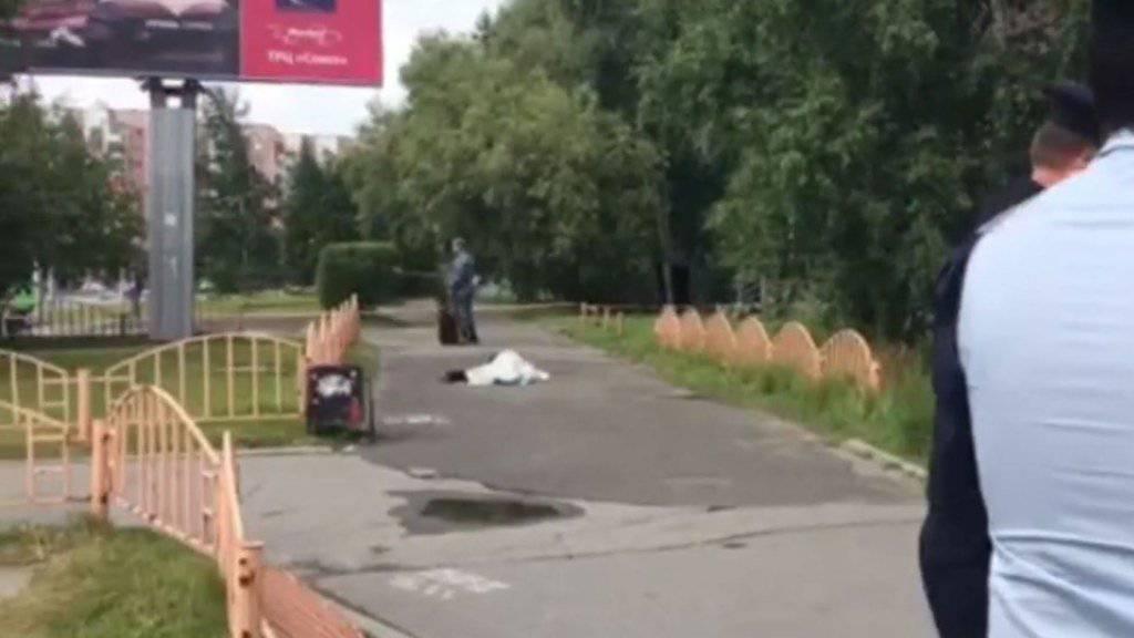 Sieben Verletzte bei Messerangriff in Russland: Sicherheitskräfte sichern den Ort ab. wo der mutmassliche Angreifer erschossen wurde.