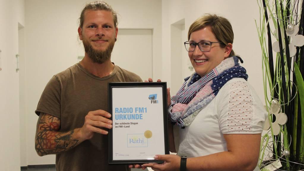 Morgen-Joe übergibt Martina Büchel die Urkunde für den schönsten Slogan im FM1-Land.