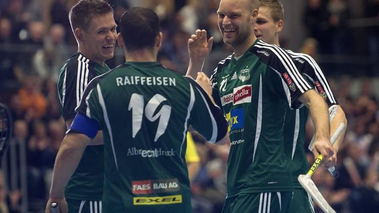 Wilers Philipp Fankhauser (links) und Simon Bichsel (rechts) feiern Matchwinner Matthias Hofbauer.  M. Bieri