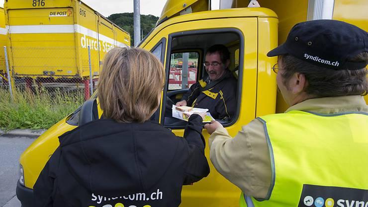 Die Gewerkschaften finden den Mindestlohn von 18.27 Franken für Mitarbeitende der Post-Logistik skandalös und verlangen von der PostCom umgehend eine Verbesserung. (Archivbild)