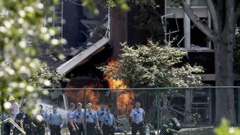 Rettungspersonal vor der zum Teil eingestürzten Schule.