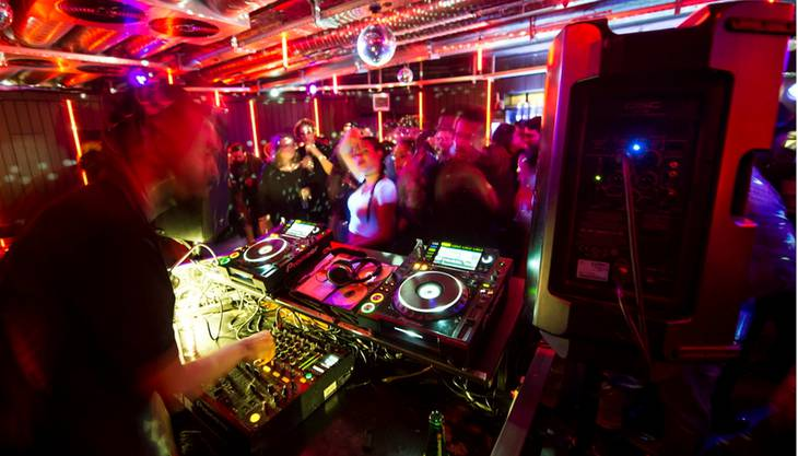 Die Liste ist lang – in der Stadt Zürich (und der Agglomeration) öffnen zahlreiche Locations ihre Türen. In der Maag Eventhall, der Werft 219 und der Härterei wird etwa zur «New Yeah!» geladen (kein Tippfehler – der Name ist witzig gemeint). Auf drei Floors legen nationale und internationale DJs auf (Deep House, EDM, Electro, Hip Hop, House, R'n'B und Tech House). Geht es nach den Partytiteln, dann wäre auch eine Fahrt nach Winterthur durchaus lohnend, vor allem wenn 2014 nicht so toll war; unter dem Motto «Alles wird gut (Pfadfinderehrenwort!)» steht der Abend im Albani (Online-Vorreservation erforderlich, Bassiv Soundsystem). Schöne Zeiten soll es im Kaufleuten geben, der Abend steht unter dem Motto «Beau Temps» (House). Die weiteren «Silvesterpartys», «Super-Silvesterpartys» und die verschiedenen «besten Silvesterpartys» finden sich im Internet mit einer einfachen Google-Suche.