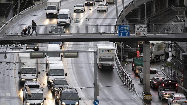 Kein anderer Verkehrsträger belastet die Allgemeinheit so stark wie die Strasse. Die ungedeckten Kosten für Unfälle, Umwelt- und Gesundheitsschäden belaufen sich auf über 8 Milliarden Franken pro Jahr. (Archivbild)