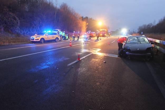 Der Unfall auf der Autobahn fordert drei Verletzte.