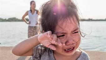 Weint das Kind, weil es zum Wasser gehen wollte und nicht darf? Dann gibt es für die Eltern jetzt nichts zu tun, findet die Erziehungsexpertin: «Wir trösten zu viel.»