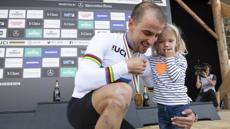 Töchterchen Lisa (3) nimmt die Goldmedaille von Papa und Weltmeister Nino Schurter kritisch unter die Lupe.