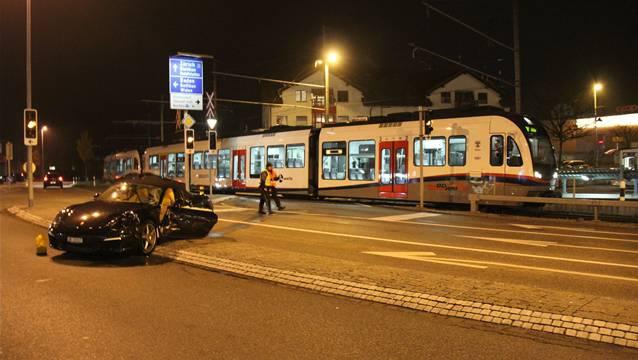 Barrieren sollen Unfälle zwischen Autos und der BD-Bahn wie hier im November 2012 auf dem Mutschellen verhindern.